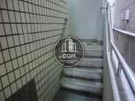 幅の狭目な階段があります