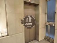 エントランス奥部分にエレベーターがあります