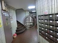 奥に入ると郵便ポスト、内階段があります