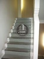 照明が特徴的な内階段