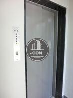 シンプルなグレーのエレベーター