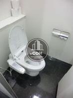 男子トイレ、ブース内は広く余裕があります