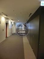 3階エレベーターホール、窓もあり明るいです
