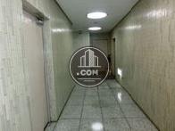 正面左脇にエレベーターホールがあります