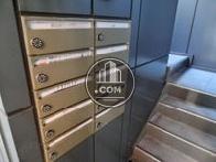 郵便ポストが入り口部分にあります