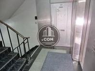 廊下から入った所にエレベーターと階段があります