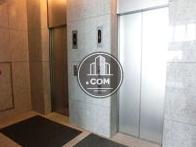 マットな質感を用いたエレベーター
