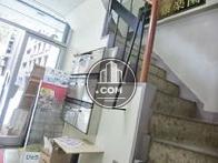 階段は建物内に設置されています