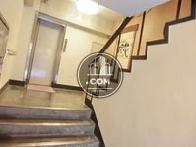 エレベーターまでに階段がございます