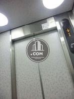 シルバーで統一されたエレベーター内
