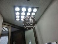 天井の明るい照明