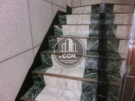 高級感のあるビル内階段です