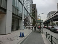 ビルの横はバス停です