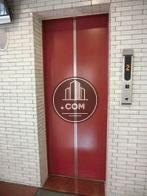 鮮やかなレッドのエレベーターです