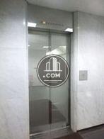 鏡面仕上げのエレベーター扉