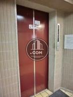 ワインレッドのエレベーターです