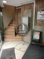 玄関を入るとエレベーターと階段があります
