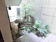 玄関付近にある坪庭です