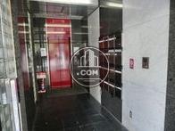エントランス奥にある赤いエレベーターが印象的です