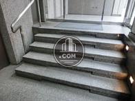 入口前には小さな階段がございます