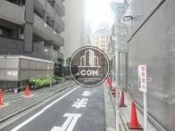 建物後方は細い路地になっております
