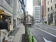 前面道路と歩道の間にはガードレールが設置