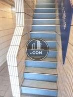 鮮やかな色調で構成された階段空間