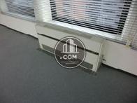 窓側には床置き型の空調設備