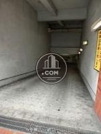 地下に駐車場があります