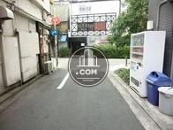 自動販売機は脇道にあります