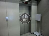 シルバー色のエレベーターです