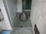 エレベーター前に1段の段差です