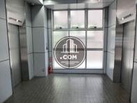 向かい合った2基のエレベーター