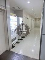 エレベーター脇の廊下には自動販売機があります