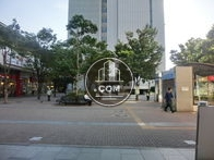 ビルの目に前は新横浜駅です