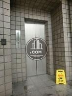 銀色のエレベーターです