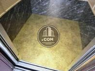 エレベーター床が金色で豪華