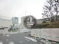 裏手に小学校、側面に渋谷区役所がございます