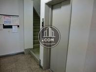 エントランスの奥にエレベーターと階段があります