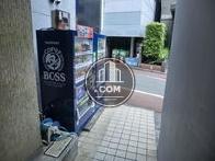 正面玄関の前に自動販売機があります