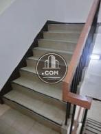 木製の手摺が設置された階段空間