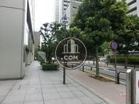 正面玄関前の歩道の様子
