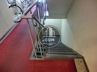 地下階への階段です