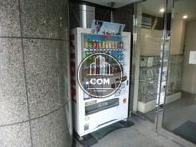 エントランス入口に自動販売機あります