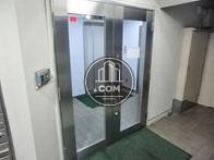 エレベーターホール前に手動ガラスドア