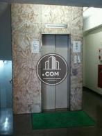 白のエレベーター扉です