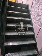 外階段は物件正面からみて右側にあります