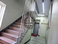 非常用の階段は建物内です