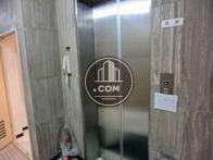 エレベーター内には緊急時用のセットがあります