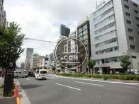 青山通り沿いに立地するビルです